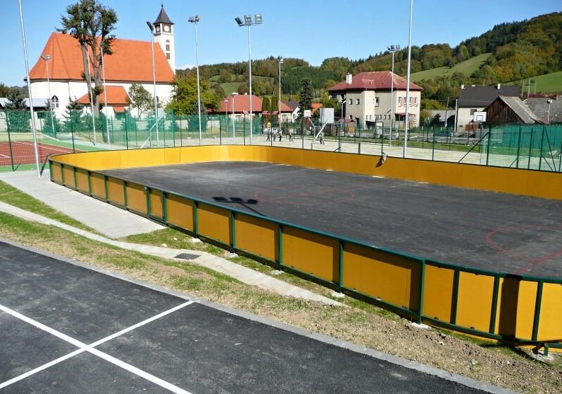 sportovni areal s kostelem v pozadi